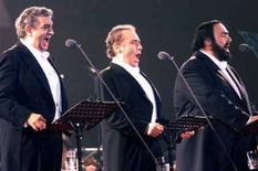 <p>Placido Domingo, Jose Carrerase Luciano Pavarotti durante un'esibizione a Pechino. REUTERS/China Photos</p>