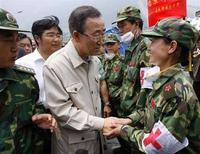 <p>Генеральный секретарь ООН Пан Ги Мун беседует с медиками в пострадавшем от землетрясения городе Инсю в китайской провинции Сычуань, 24 мая 2008 года. Число жертв мощного землетрясения, произошедшего 12 мая в Китае, может превысить 80.000 человек, сообщил премьер-министр страны Вэнь Цзябао. (REUTERS/Nicky Loh)</p>