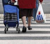 <p>Un'anziana di ritorno dal supermercato. REUTERS/Darren Staples</p>
