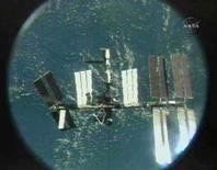 <p>La Stazione Spaziale Internazionale vista da una telecamera montata sullo shuttle Endeavour. REUTERS/NASA TV (UNITED STATES)</p>