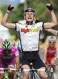 <p>Il ciclista tedesco Andre' Greipel taglia il traguardo vincendo la 17esima tappa del Giro d'Italia da Sondrio a Locarno, il 28 maggio 2008. REUTERS/Stringer (Svizzera)</p>