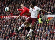 <p>Il bomber del Manchester United Wayne Rooney (sinistra) in uno scontro aereo con Alexandre Song dell'Arsenal in una partita di Premier League giocata ad aprile. REUTERS.</p>