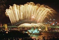 <p>Fuochi d'artificio illuminano l'Harbour Bridge di Sydney. REUTERS/Mark Baker</p>