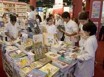 <p>Scolari consultano i libri in mostra al 34esimo International Book Fair di Buenos Aires, Argentina, il 24 aprile 2008. REUTERS/Enrique Marcarian (Argentina)</p>