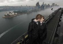 <p>Un jeune couple d'Ecossais a célébré son mariage mardi au sommet du Harbour Bridge de Sydney. Stephen Tierney et Claire Tullen ont bravé les rafales de vent et la pluie pour devenir le premier couple à échanger ainsi ses voeux sur le célèbre pont. /Photo prise le 3 juin 2008/REUTERS/Tim Wimborne</p>