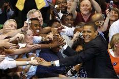 <p>Сенатор-демократ Барак Обама с избирателями в Сент-Поле (штат Миннесота) 3 июня 2008 года. Обама во вторник завоевал право представлять демократов на президентских выборах в США в ноябре, став первым темнокожим политиком, получившим подобную возможность, и теперь перед ним стоит задача объединения расколовшейся Демократической партии для предвыборной борьбы с республиканцем Джоном Маккейном. (REUTERS/Jason Reed)</p>
