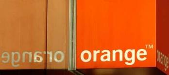 <p>L'opérateur de téléphonie mobile Orange va ouvrir de nouveaux points de vente, réduire sa dépendance vis-à-vis des centres de services basés en Inde et investir dans un nouveau réseau dans le cadre de sa nouvelle stratégie au Royaume-Uni. /Photo prise le 8 février 2008/REUTERS/Luke MacGregor</p>