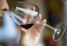 <p>Una donna odora un bicchiere di vino rosso. REUTERS/Victor Fraile</p>