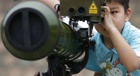 <p>Ребенок изучает РПГ китайского производства в Гонконге 1 мая 2008 года. США обеспокоены ядерной и космической военными программами Китая, сказал помощник госсекретаря США по вопросам нераспространения и международной безопасности Джон Руд после переговоров с китайскими коллегами в Пекине. (REUTERS/Victor Fraile)</p>