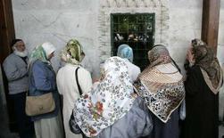 <p>Alcune donne con il velo ad Ankara. REUTERS/Umit Bektas</p>