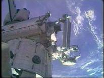 <p>L'astronauta Mike Fossum alle prese con le operazioni di montaggio di Kibo. REUTERS/NASA TV (UNITED STATES)</p>