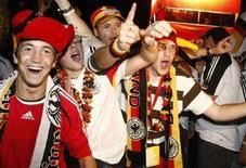 <p>Tifosi tedeschi festeggiamo la vittoria l'8 giugno 2008 contro la Polonia REUTERS/Fabrizio Bensch</p>