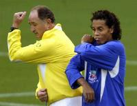 <p>Ronaldinho and l'allenatore Luiz Felipe Solari REUTERS/Paulo Whitaker</p>