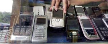<p>L'autorité des télécoms (Arcep) ouvre une consultation publique pour l'attribution des fréquences de téléphonie mobile de troisième génération (3G) disponibles, après l'échec du premier appel d'offres en 2007. /Photo d'archives/REUTERS/Crack Palinggi</p>