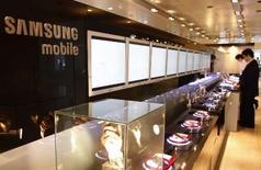 <p>Samsung, le numéro deux mondial des téléphones portables, veut se renforcer en Finlande, berceau du leader Nokia, avec des combinés à écran tactile. /Photo prise le 25 avril 2008/REUTERS/Lee Jae-Won</p>