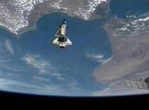 <p>Lo Space Shuttle Discovery con la Terra sullo sfondo REUTERS/NASA TV</p>