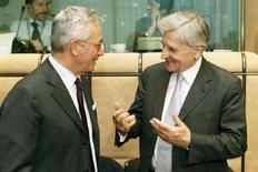 <p>Il ministro dell'Economia Giulio Tremonti (a sinistra) a colloquio col presidente della Bce Jean-Claude Trichet. REUTERS/Thierry Roge (BELGIUM)</p>