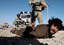 <p>Американские солдаты обыскивают афганца на предмет наличия оружия близ Кандагара 27 апреля 2008 года. НАТО должна направить в Афганистан дополнительный воинский контингент численностью до 6.000 человек, чтобы не продлевать присутствие в этой стране, считает начальник оперативного командования объединенных сил НАТО в Афганистане генерал Эгон Раммс. (REUTERS/Goran Tomasevic/Files)</p>