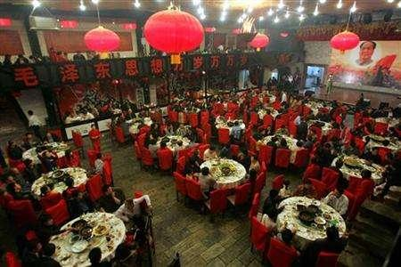 Customers dine at a restaurant named ''Red Classic'' in Beijing April 7, 2006. REUTERS/Jason Lee