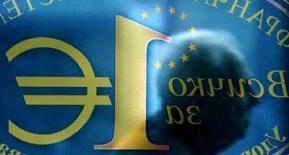 """<p>Силуэт мужчина на надписи """"Все за один евро"""" в центре Софии 16 октября 2007 года. Болгария в понедельник подала заявку на регистрацию первого интернет-домена на кириллице, пытаясь сохранить во всемирной паутине национальный колорит на фоне растущей популярности английского языка. (REUTERS/ Nikolay Doychinov)</p>"""