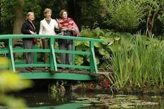 <p>Il vero stagno delle ninfee di Monet, quello nel suo giardino di Giverny, visitato a metà giugno dalla fist lady americana Laura Bush (al centro nella foto). REUTERS/Benoit Tessier</p>