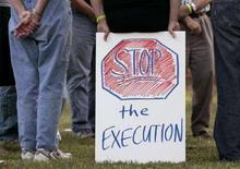 <p>Manifestanti protestano contro la pena di morte di fronte al carcere di Jackson, Georgia, il 6 maggio 2008. REUTERS/Tami Chappell (Usa)</p>