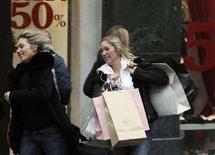<p>Shopping durante i saldi a Milano. REUTERS/Stefano Rellandini</p>