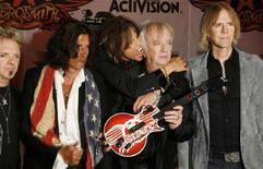 """<p>Gli Aerosmith (da sinistra Joey Kramer, Joe Perry, Steven Tyler, Brad Whitford e Tom Hamilton) posano per i fotografi alla presentazione del nuovo videogame """"Guitar Hero: Aerosmith"""", a New York. REUTERS/Lucas Jackson</p>"""