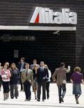 <p>Impiegati in pausa davanti alla sede di Alitalia a Roma. REUTERS/Chris Helgren</p>