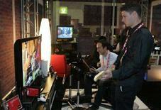 """<p>Il videogioco """"Rock Band"""" per Xbox 360 in mostra al Consumer Electronics Show (Ces) di Las Vegas, Nevada, il 7 gennaio 2008. REUTERS/Steve Marcus (Usa)</p>"""