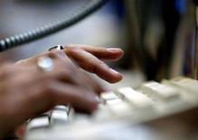 <p>Un uomo alla tastiera. REUTERS/Sherwin Crasto</p>