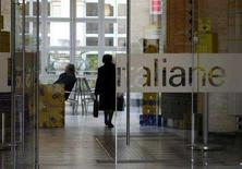 <p>Un'immagine di archivio di un ufficio di Poste italiane. REUTERS/Dario Pignatelli</p>