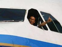 <p>Председатель China Southern Airlines Лю Шаоян после посадки самолета компании в аэропорту Тайбэя 4 июля 2008 года. Китай и Тайвань восстановили регулярное авиасообщение в пятницу, что стало знаком налаживания отношений между ними. (REUTERS/Nicky Loh)</p>