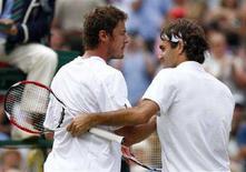 <p>Россиянин Марат Сафин (слева) пожимает руку швейцарцу Роджеру Федереру после проигрыша в полуфинале Уимблдона, Лондона, 4 июля 2008. Россиянин Марат Сафин проиграл в полуфинале Уимблдонского теннисного турнира первой ракетке мира швейцарцу Роджеру Федереру со счетом 3:6, 6:7, 4:6. (REUTERS/Alessia Pierdomenico)</p>