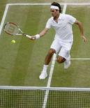 <p>Lo svizzero Roger Federer impegnato in semifinale contro il russo Marat Safin a Wimbledon, il 4 luglio 2008. REUTERS/Glyn Kirk/Pool</p>