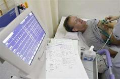 <p>Immagine d'archivio di un paziente sottoposto a un elettrocardiogramma. REUTERS/Kim Kyung-Hoon (JAPAN)</p>
