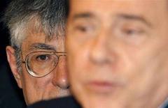 <p>Il ministro delle Riforme e leader della Lega Nord Umberto Bossi (a sinistra) dietro al presidente del Consiglio Silvio Berlusconi. REUTERS/Alessandro Bianchi (ITALY)</p>