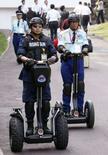 """<p>Agenti della sicurezza a bordo di """"Segway"""" ecologici. REUTERS/Issei Kato (JAPAN)</p>"""