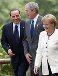 <p>Il primo ministro italiano Silvio Berlusconi con il presidente degli Stati Uniti George W. Bush e il Cancelliere tedesco Angela Merkel al Windsor Hotel Toya Resort di Toyako, Giappone, l'8 luglio 2008. REUTERS/Jim Young (Giappone)</p>