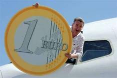 <p>L'AD di Ryanair Michael O'Leary pubblicizza i voli della sua compagnia. REUTERS/Jean-Paul Pelissier</p>