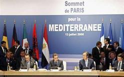 """<p>Президент Франции Николя Саркози (в центре) выступает в начале саммита государств Евросоюза и Средиземноморского региона в Париже 13 июля 2008 года. Политические лидеры Европы, северной Африки и Ближнего Востока учредили в воскресенье """"Союз для Средиземноморья"""", в состав которого вошли 43 страны, пообещав сотрудничать в сфере энергетики, экологии, образования и инфраструктуры. (REUTERS/Yves Herman)</p>"""