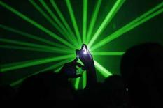 """<p>Люди танцуют под музыку диджея Пола Ван Дайка в Бейруте 18 ноября 2007 года. Не менее 30 человек получили ожоги сетчатки глаз на фестивале техно-музыки в российской Владимирской области, попав под луч лазерной пушки, сообщила газета """"Коммерсантъ"""". (REUTERS/Ayman Saidi)</p>"""
