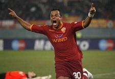 <p>Amantino Mancini esulta dopo un gol segnato con la Roma. REUTERS/Giampiero Sposito (ITALY)</p>