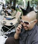<p>Tokyo, al telefono. REUTERS/Toru Hanai</p>