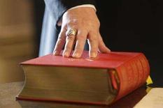 <p>La Bibbia. REUTERS/Michael Dalder</p>