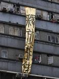 <p>Uno striscione di protesta che invoca il rilascio dei dissidenti REUTERS/Bobby Yip</p>