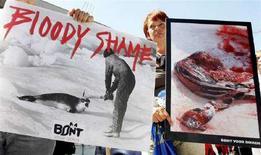 <p>Attivisti per i diritti degli animali manifestano nel centro di Bruxelles contro la caccia alle foche, il 1 luglio 2008. REUTERS/Yves Herman (Belgio)</p>