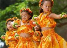 <p>Tra bambine hawaiane ballano la Hula a Honolulu. REUTERS/Lucy Pemoni LP</p>
