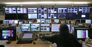 <p>Un operatore lavora alla trasmissione di una televisione online. REUTERS/Denis Balibouse (SWITZERLAND)</p>