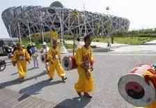<p>Partecipanti alle prove della cerimonia inaugurale davanti allo stadio nazionale di Pechino. REUTERS/Kim Kyung-Hoon (CHINA)</p>